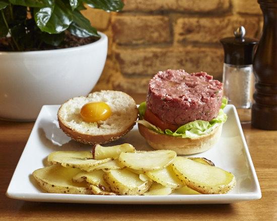 Tartare Burger di manzo, lattuga, pomodoro e patate rustiche