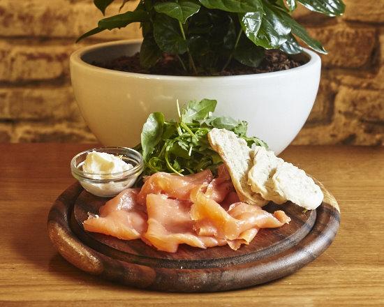 Salmone affumicato, caprino al basilico, rucola, crostini